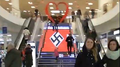 VIDEO. Plots veranderde de trap in een hakenkruis...