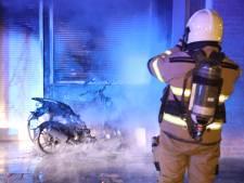 Scooter vliegt in brand in Oss en zorgt voor schade aan woning