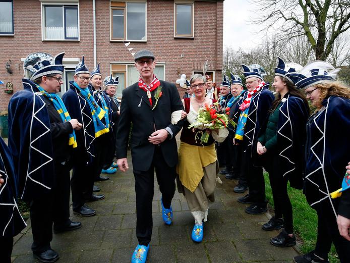Mart de Kraai en zijn bruid Pit de Stille omringd door de Raad van Elf.