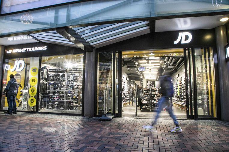 Sportwinkel JD Sports op het Bijlmerplein waar donderdagavond een overval plaatsvond.  Beeld ANP