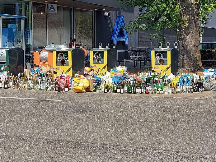 Overvolle glasbakken op het parkeerterrein voor de AH XL en Aldi in Tilburg.