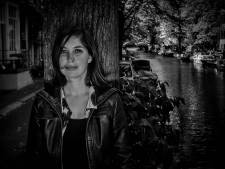 Schrijfster Marlies Allewijn schrijft het geschenk van de Week van het Zeeuwse Boek