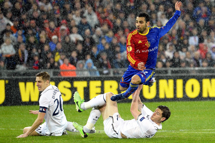 Mohamed Salah schiet raak namens FC Basel, Michael Dawson en Jan Vertonghen kijken liggend toe.