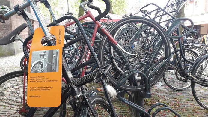 Fietsen op het Jansplein. In het kader van de feesten rond Koningsdag haalt de gemeente Arnhem op diverse plekken in de binnenstad fietsen en brommers weg.