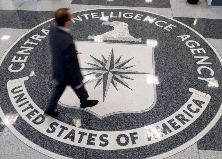 Een man loopt over het logo van de CIA in het hoofdkwartier van de Central Intelligence Agency in Langely, Virginia.