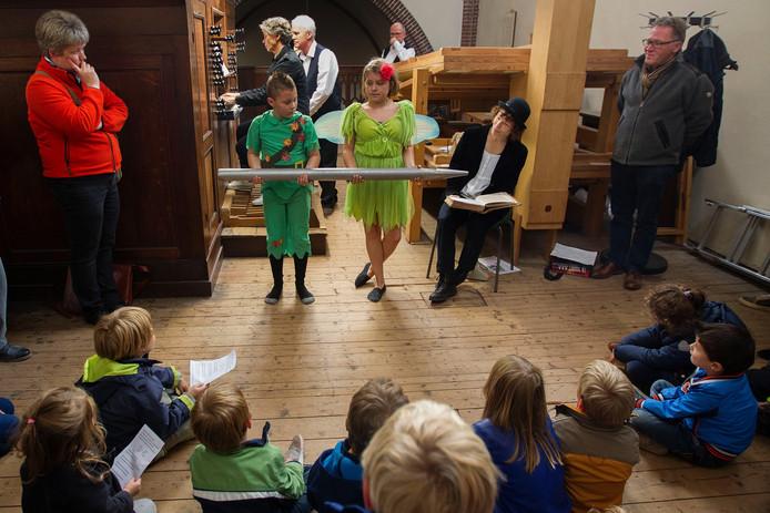Kinderen krijgen uitleg over het Smits-orgel.