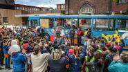 School opent leesbus op speelplaats