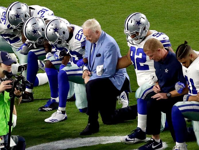 Spelers van Dallas Cowboys knielen op het moment dat het Amerikaanse volkslied wordt gespeeld.