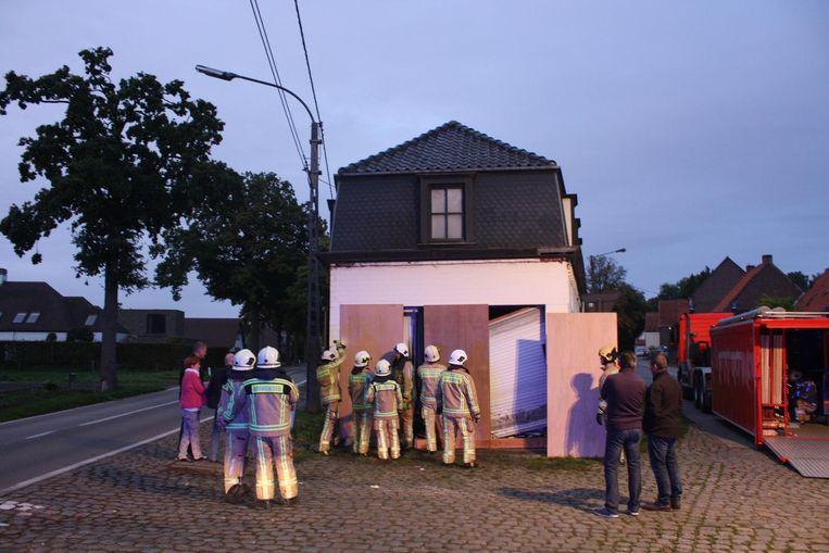 De brandweer stut de woning en dicht ze met houten panelen.