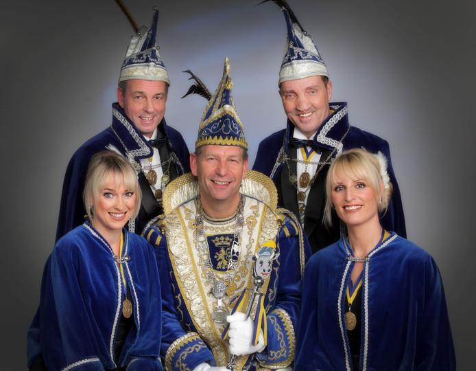 Henk Bloemers (midden) met zijn hofhouding.