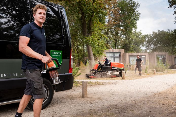 Tussen de huisjes van het vakantiepark is Eric Stoltz (voorgrond) met zijn mannen aan het werk.