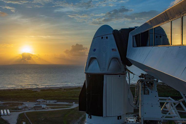 De Crew Dragon, boven op de Falcon 9-raket, zoals die zaterdag wordt gelanceerd. Beeld SpaceX