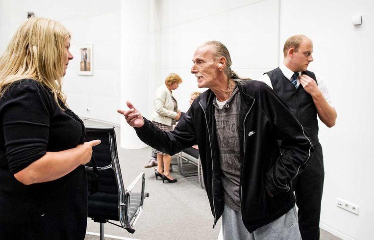 Een bewoner van de Schilderswijk in gesprek met een raadslid Willie Dille (L) van de PVV tijdens het spoeddebat van de Haagse gemeenteraad over de recente demonstraties in de Schilderswijk. Beeld anp