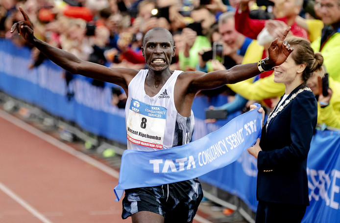 Vincent Kipchumba wint de Amsterdam marathon.