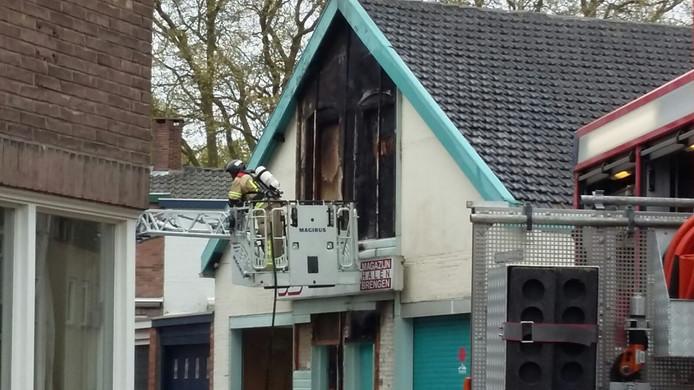 De brand woedt in een magazijn.