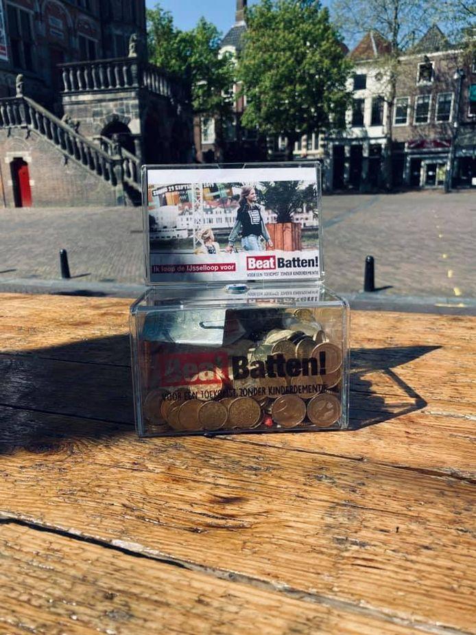 Het donatieboxje dat bij Café Persee in Deventer op de bar stond is gestolen.