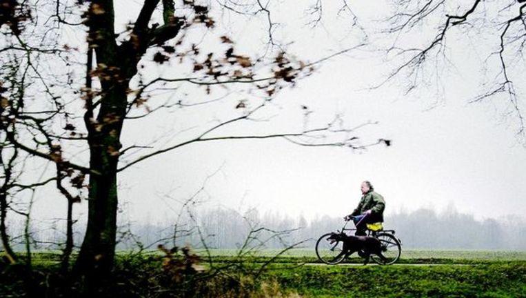 Henk Bleker, staatssecretaris van economische zaken, landbouw en innovatie op zijn terrein in het Groningse Vlagtwedde.
