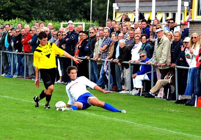 De derby SV Meerkerk - Ameide trekt, zoals ook hier in 2012, altijd veel publiek.