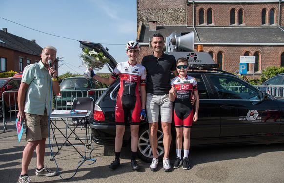 Fiere wielervader Kevin Hulsmans  omgeven door winnende zoon Senne en Ferre in Sint-Pieters-Rode