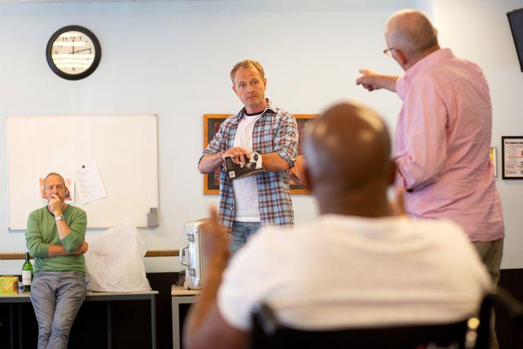 Acteur Mike Reus tijdens een repetitie van het toneelstuk 'Poz Paradise'.  Beeld Maartje Geels