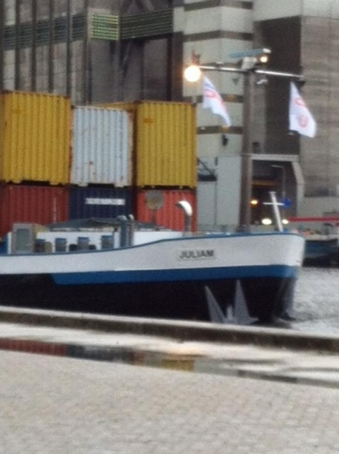 Het eerste klasse IV schip met daarop 48 containers in drie lagen stapeld, doet Inland Terminal Veghel aan.