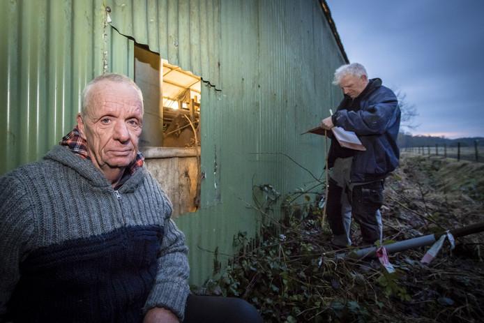 Bouwkot de Sanegeit in Huijbergen is voor een tweede keer in twee jaar beroofd van alle gereedschap. Voorzitter Bertus Linders (links) gehurkt bij het gat wat de inbrekers hebben gemaakt om binnen te komen.