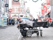 Door een dwarslaesie doet Willie uit Winterswijk alles op zijn buik