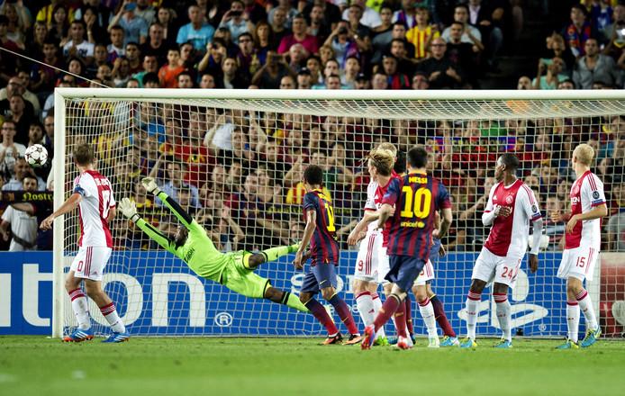 Lionel Messi scoort de 1-0 voor Barcelona in de Champions Leaguewedstrijd tegen Ajax.