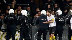 """Lokerse fans uiten ongenoegen en gooien projectielen op het veld, Overmeire: """"Machtsvertoon politie is ongehoord"""""""
