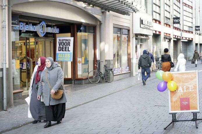 De Bijenkorf, waar sluitingsverkoop was, en op de achtergrond het inmiddels gesloten V&D-filiaal. (archieffoto)