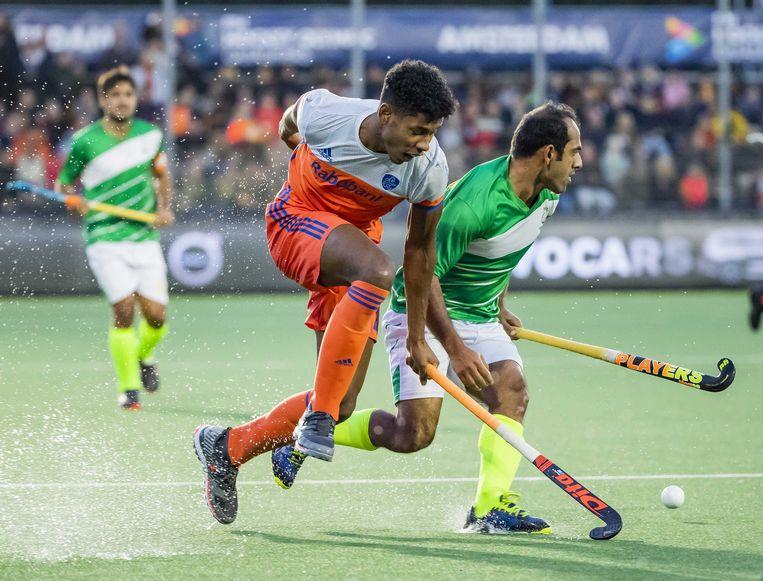 Terrance Pieters in duel met Rashid Mehmood vorig jaar oktober tijdens de tweede olympische kwalificatiewedstrijd  tegen Pakistan (6-1). Oranje plaatste zich destijds voor de Olympische Spelen in Tokio. Beeld ANP