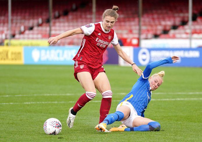Vivianne Miedema in duel met Danique Kerkdijk van Brighton.