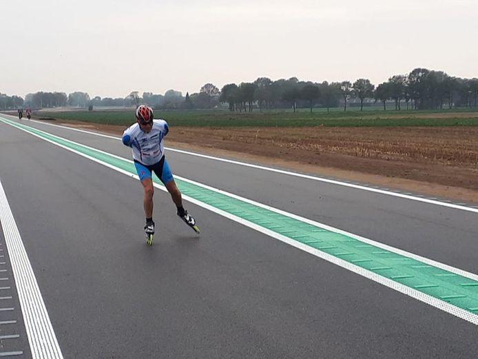 Gerard Kleinjans test zijn nieuwe skeelers op het nieuwe asfalt.