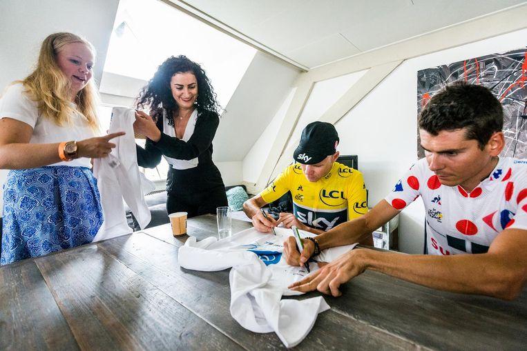 Froome en Warren Barguil signeren shirts. Beeld Jiri Buller / de Volkskrant