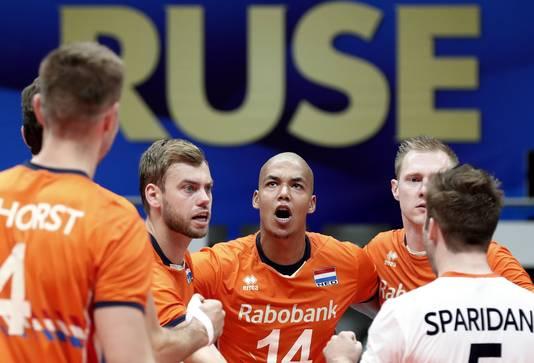 Oranje-captain Nimir Abdel-Aziz pept zijn ploeg op.