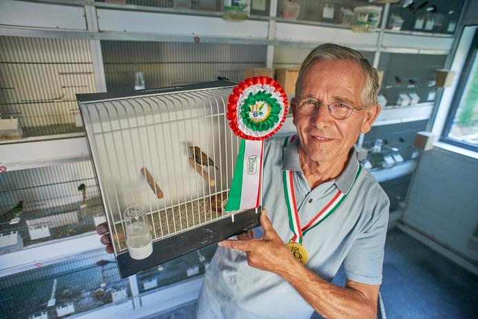 Mijn prijs:  Jo Manders uit Zeeland met de tropische vogel Emblema Picta waar hij wereldkampioen is geworden.