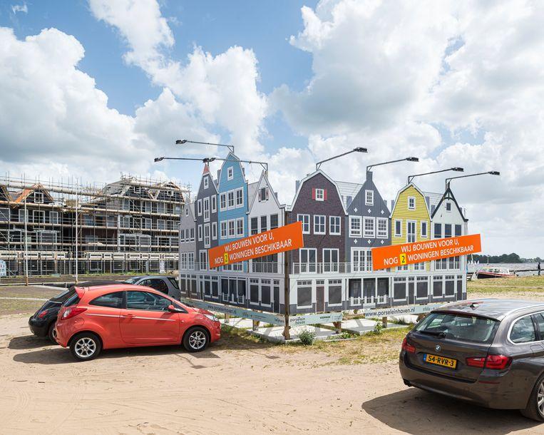 Bouw van een wooncomplex in Oud-Loosdrecht met het uiterlijk van ouderwetse pakhuizen in allerlei kleuren.  Beeld Hollandse Hoogte / Goos van der Veen