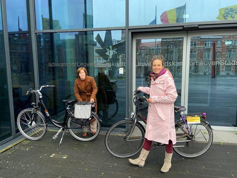 Gemeenteraadsleden Debby Appermans en Veerle Bovyn aan het Stadskantoor in Leuven.