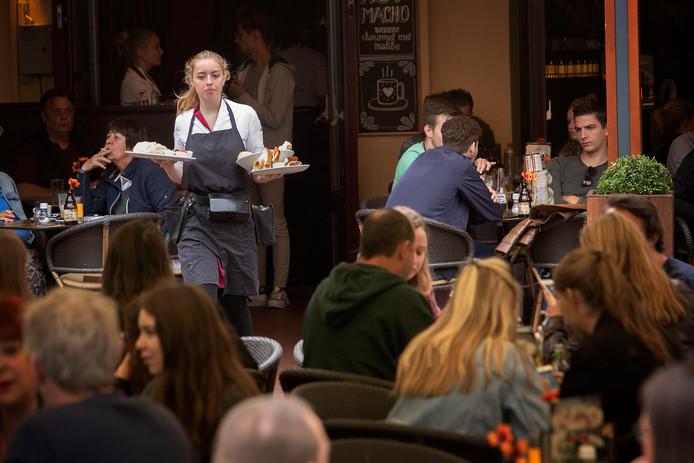Een serveerster bij café Centraal aan de Markt in Eindhoven.