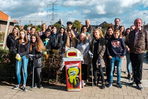 Een aantal leerlingen van Den Biezerd bij een van hun 'gepimpte' vuilnisbakken.