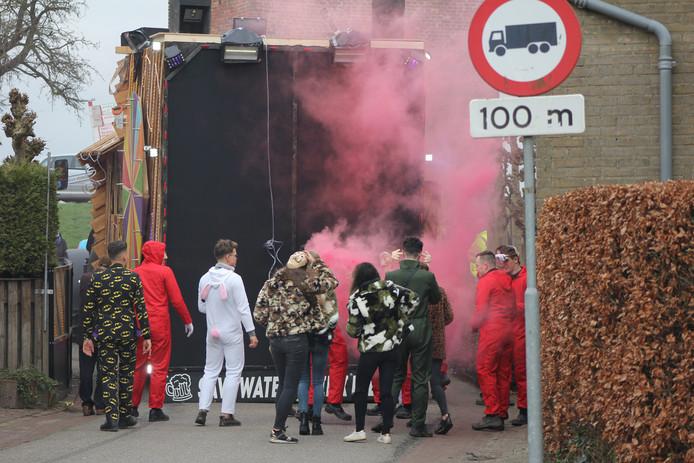 De wagen van carnavalsvereniging Save Water, Drink Bier in Megen. Met aan de achterkant de muur van geluid, die volgens de politie net zoveel lawaai produceert als een opstijgende straaljager.