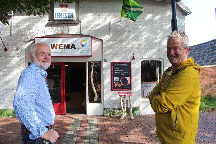 WEMA, 's Werelds Eerste Midwinterhoorn Atelier aan de Brink in Eibergen, waarin de Midwinterhoorngroep Eibergen workshops (warksjops) midwinterhoornbouw'n en midwinterhoornblaoz'n verzorgt. Links Gerrit Keuper, rechts Geert van der Veer.