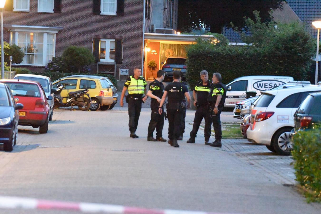 De politie bij de woning in Zeddam.