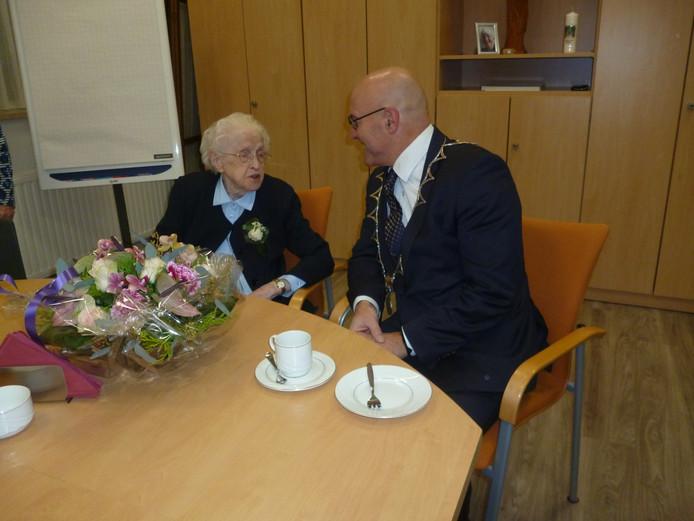 Burgemeester Kees van Rooij in gesprek met de 100-jarige zuster Albertha Bardoel uit Schijndel.