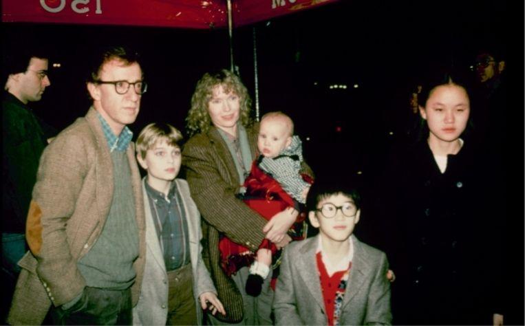 'We zagen Woody niet als een vader. Hij had niet eens kleren bij ons thuis, zelfs geen tandenborstel.' (V.l.n.r.: Woody Allen, Fletcher, Mia Farrow met Dylan, Moses en Soon-Yi.)' Beeld