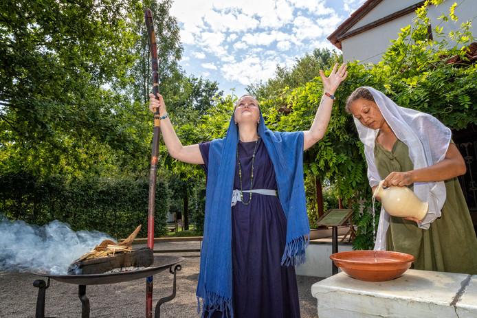 Tara Riem helpt in Archeon bij de offerceremonie. Ze ging terug naar de tijd dat ze als Romeinse vrouw rondleidingen gaf in het themapark.