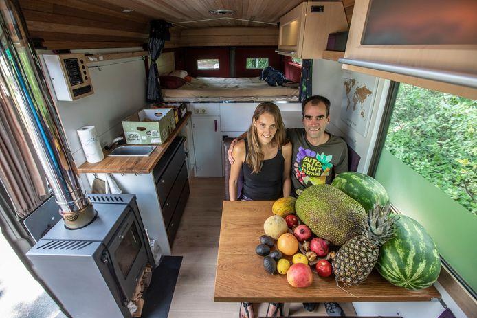 Wendy van der Grinten met partner in hun fruitbus in Eindhoven