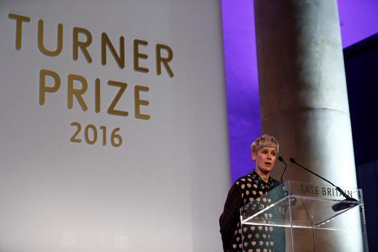 Helen Marten neemt de Turner Prize in ontvangst. Beeld reuters