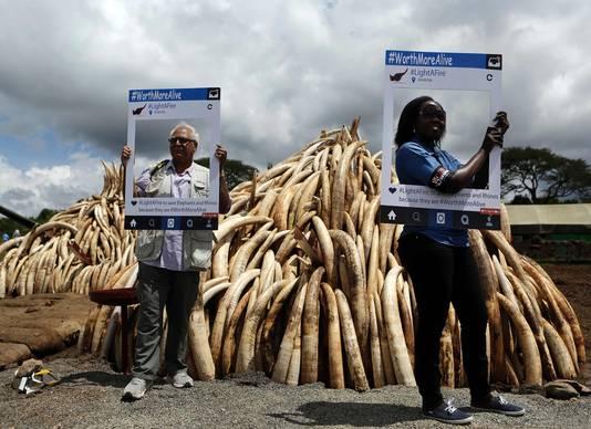 Actievoerders met uitgesneden posters met daarop #WorthMoreAlive. Ook zij zijn tegen het stropen van dieren voor ivoor.