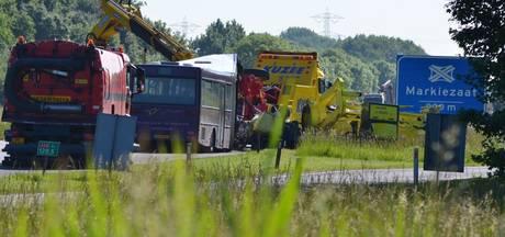 Verkeerschaos bij Bergen op Zoom na botsing bus met signaleringsvoertuig